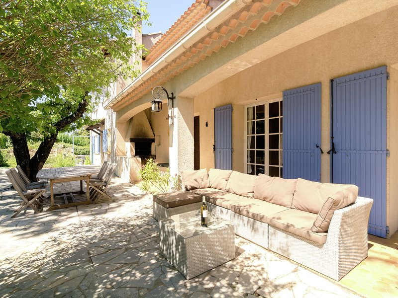 Child-friendly, detached villa with private swimming pool, holiday rental in Saint-Julien-de-Peyrolas