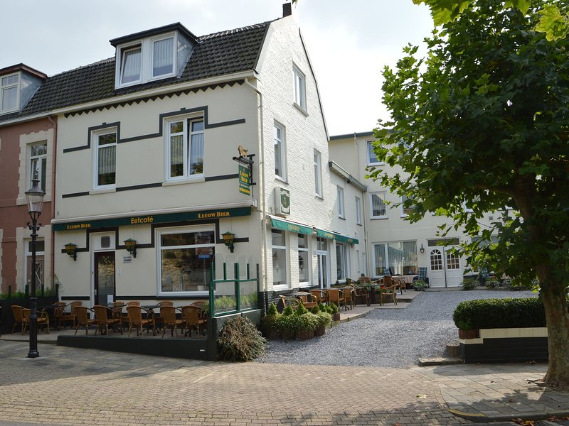 Apartment on the the ground floor in small village in Limburg by the Geuldal, alquiler de vacaciones en Schin op Geul