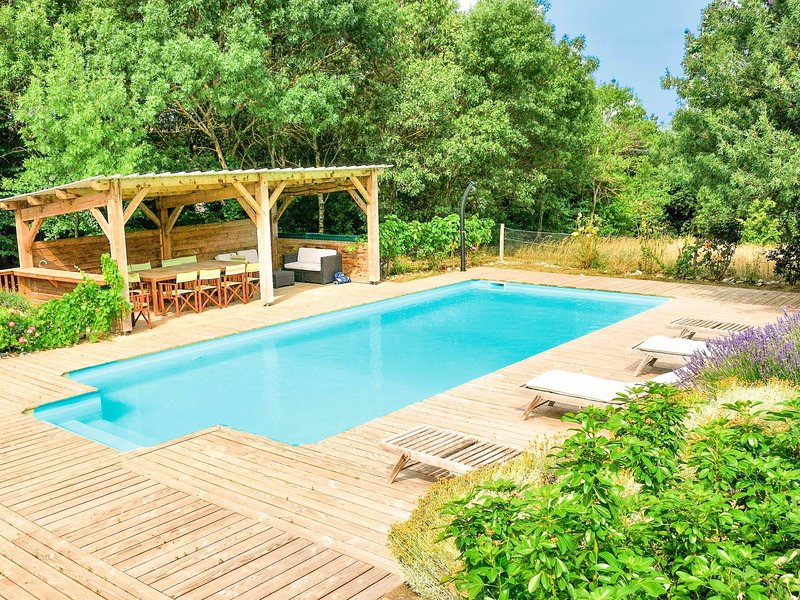 Magnificent Holiday Home in Roquetaillade with Pool, holiday rental in Magrie