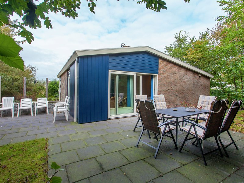 Detached bungalow with its own garden, vacation rental in Ameland