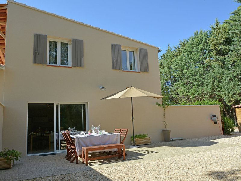 Beautiful modern air-conditioned villa with private pool near Carpentras, vacation rental in Carpentras