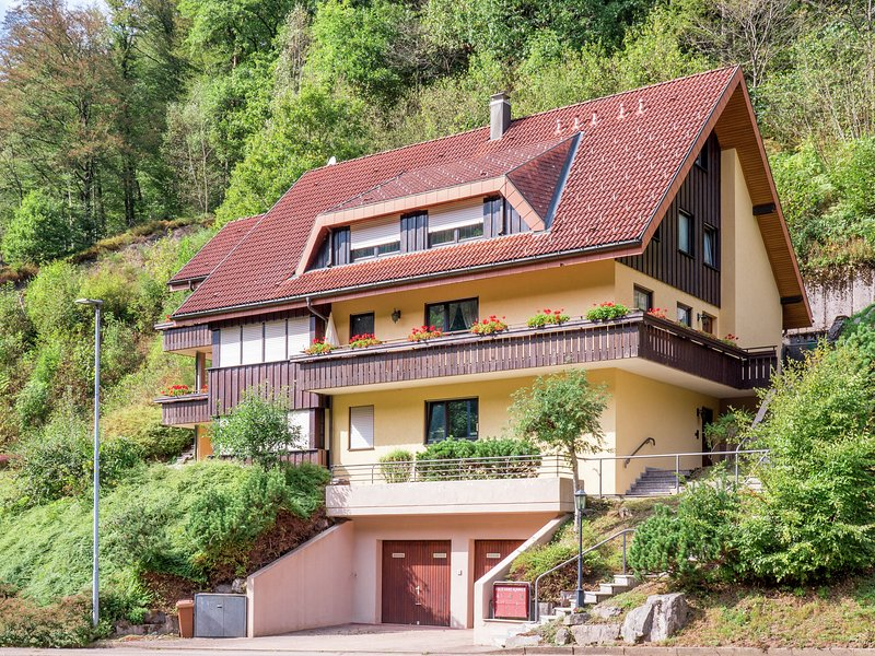 Cosy, small apartment in the Black Forest with private terrace, location de vacances à Lossburg