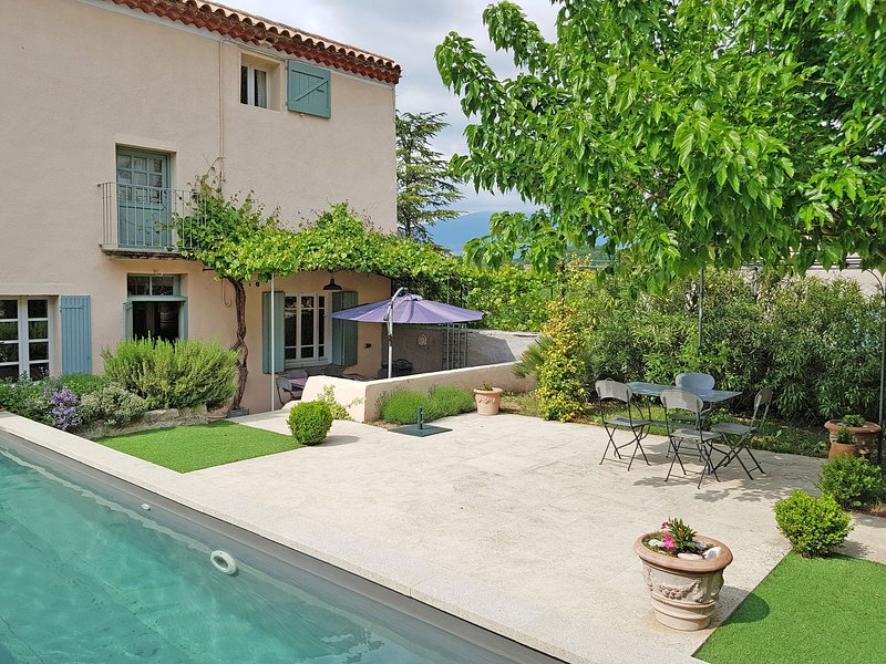 Characteristic country house with private pool and views of the Mont Ventoux, holiday rental in Villes-sur-Auzon