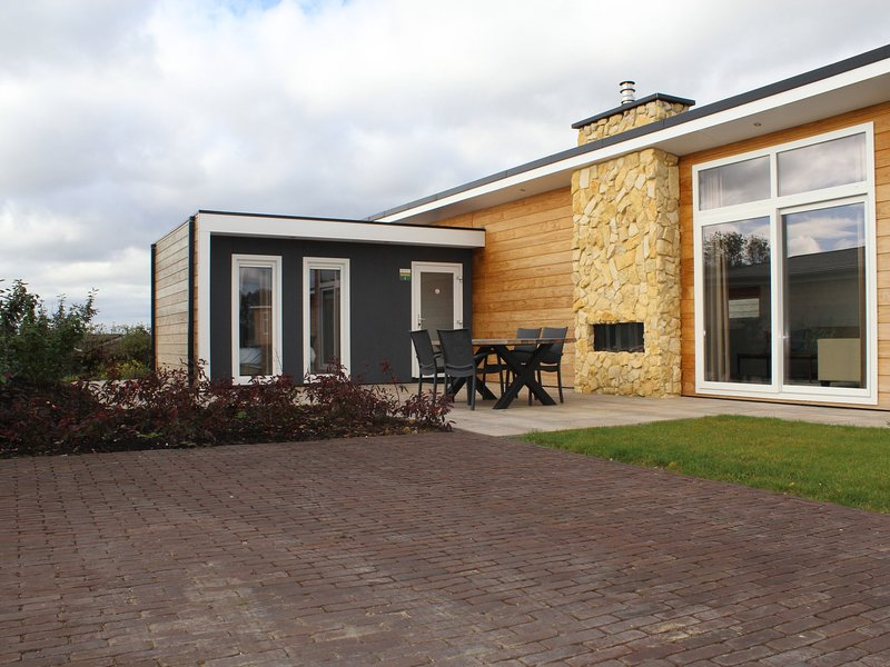 Cozy chalet with a dishwasher, on top of the Bemelerberg, holiday rental in Gasthuis