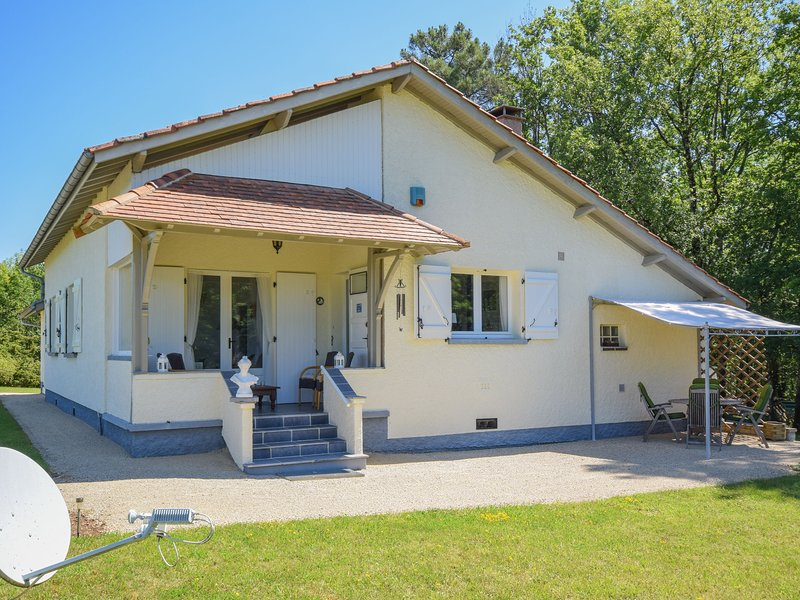 Modern bungalow in Belaye with large garden, location de vacances à Sérignac