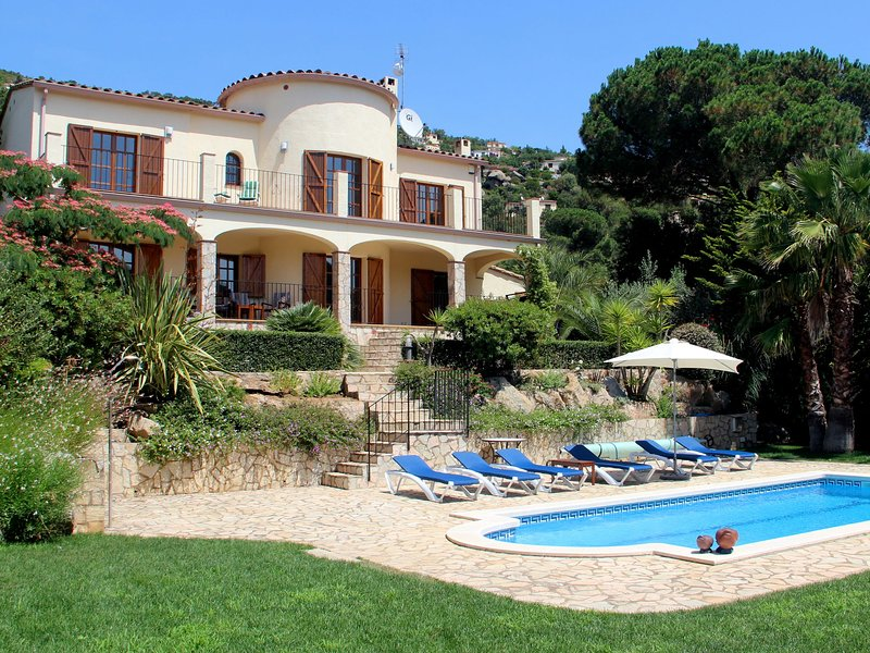 Beautiful villa near Calonge with private swimming pool, privacy, peace and grea, holiday rental in Calonge