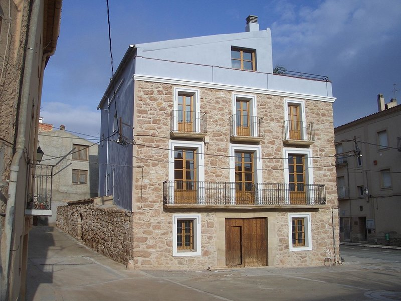Detached country house on Pira town square., aluguéis de temporada em Duesaigues