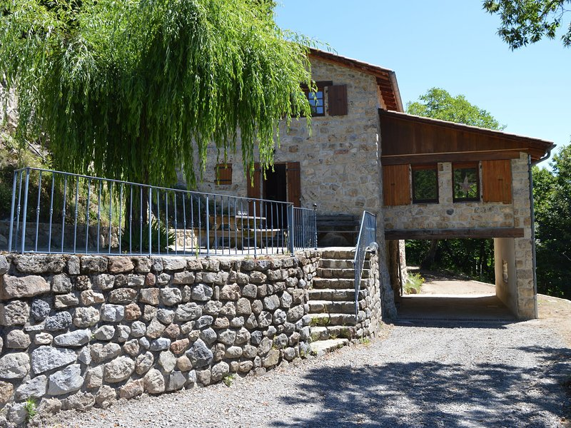 Comfortable holiday home with magnificent view, on a lovely location, vakantiewoning in Lachapelle-Graillouse