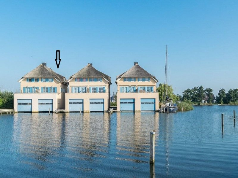 Semi-detached Holiday Home Floating on a Lake in Friesland, holiday rental in Warns