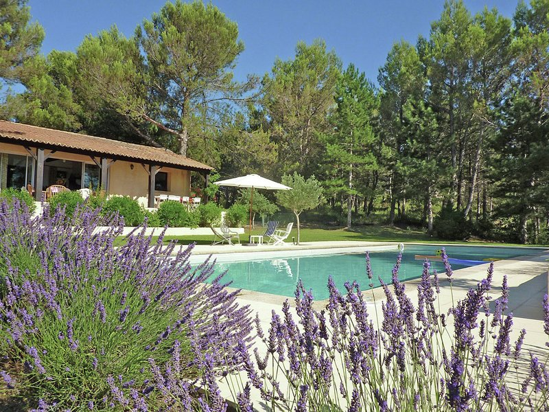 Single storey villa with large pool & unique view within walking distance of bak, vacation rental in Collias