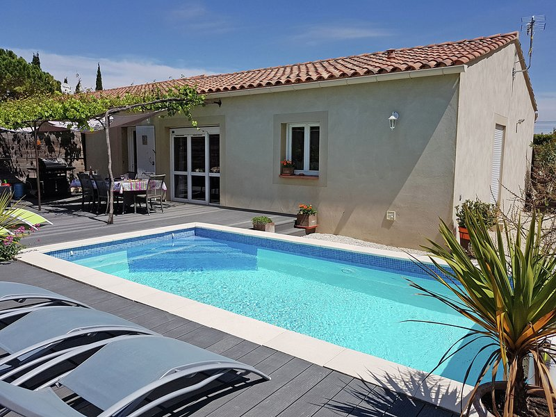 Beautiful, single storey villa with air conditioning, private pool and fenced ga, vacation rental in Roquemaure