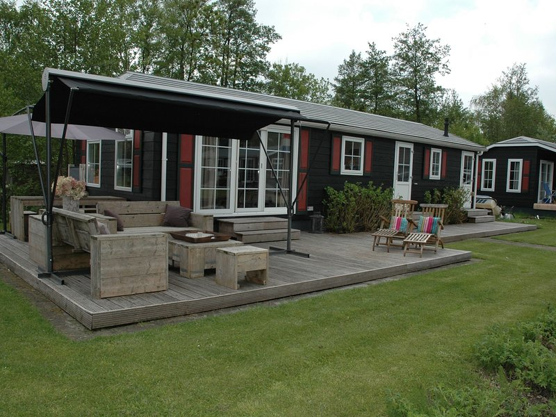 Cozy house with a jetty, right in the middle of Giethoorn, casa vacanza a Wanneperveen