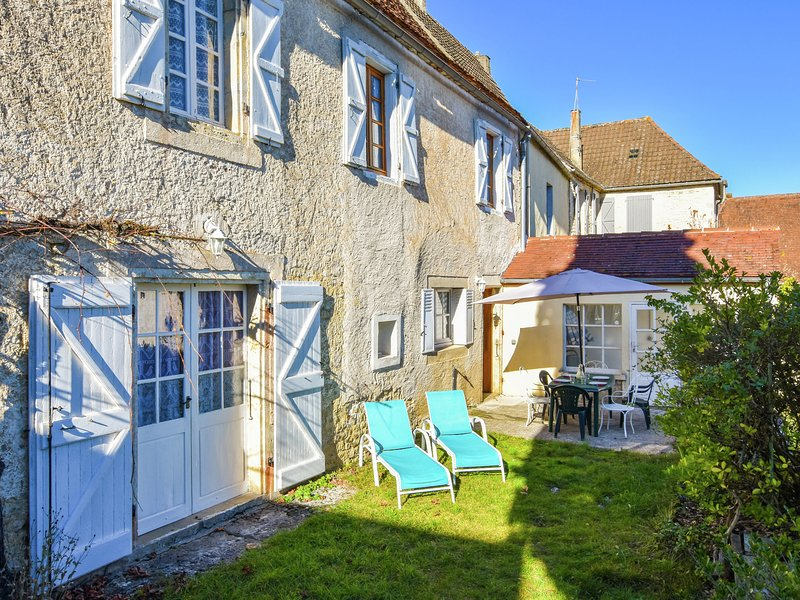 Holiday home with large enclosed garden, terrace and wonderful view., location de vacances à Montfaucon