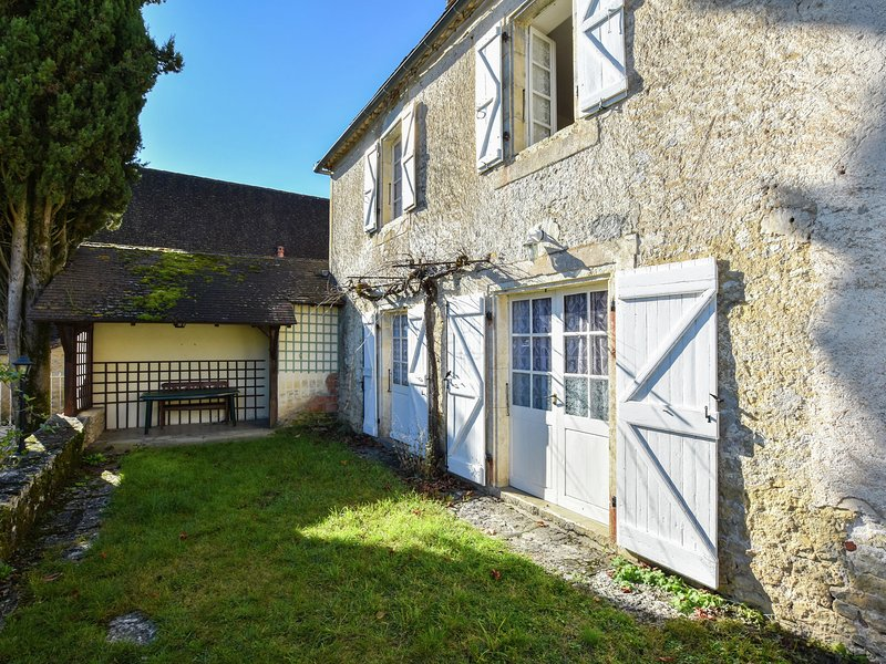 Beautiful Holiday Home near the Forest in Montfaucon, holiday rental in Séniergues