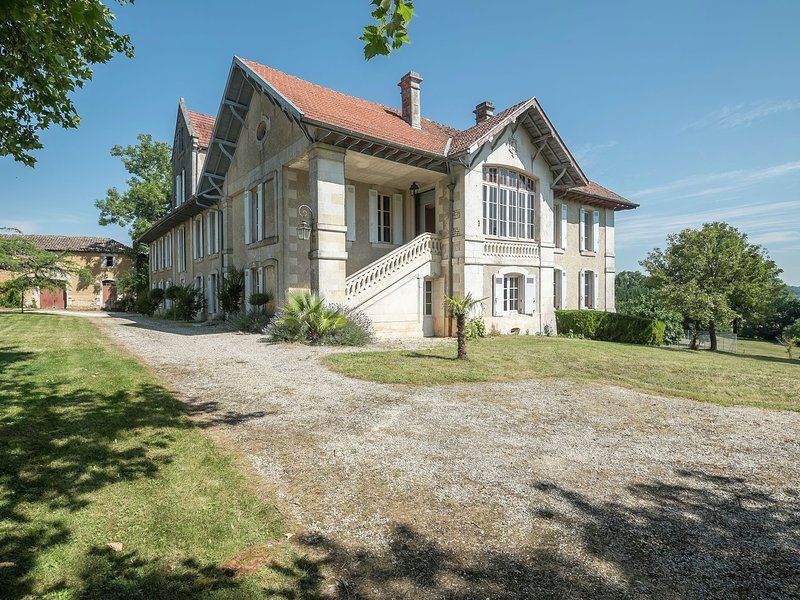 Castle with private tennis court and swimming pool, at 60 km from Bordeaux., Ferienwohnung in Soubran