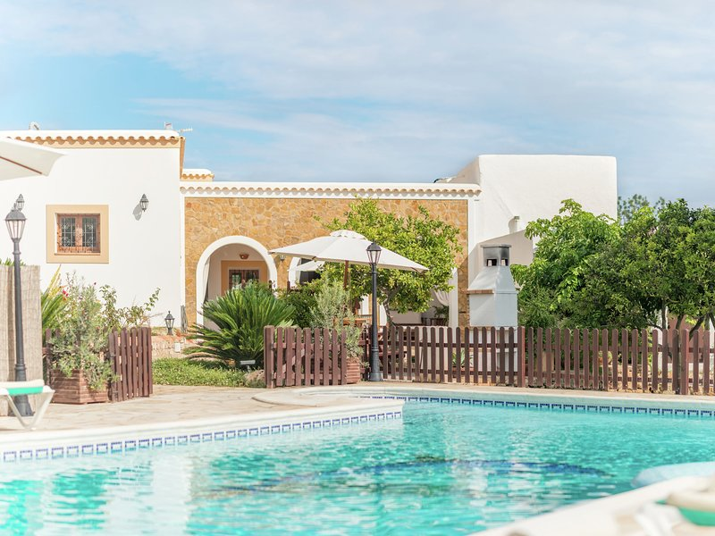 Authentic finca with a swimming pool with jacuzzi, situated near the beach, location de vacances à Port de Sant Miguel