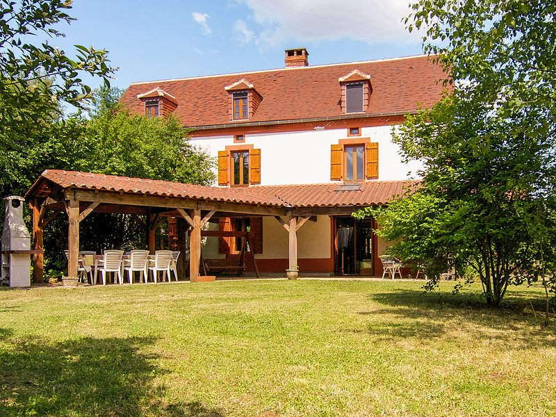 Spacious family house with lots of privacy on 12 ha. private grounds., vacation rental in Thiviers