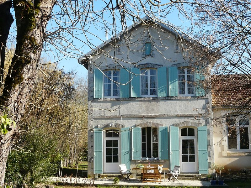 French Holiday home in Grézels with terrace and country views, vacation rental in Anglars-Juillac