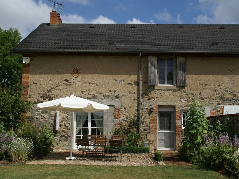 Terraced holiday to riviert with cozy garden rich in culture France, holiday rental in Uxeau