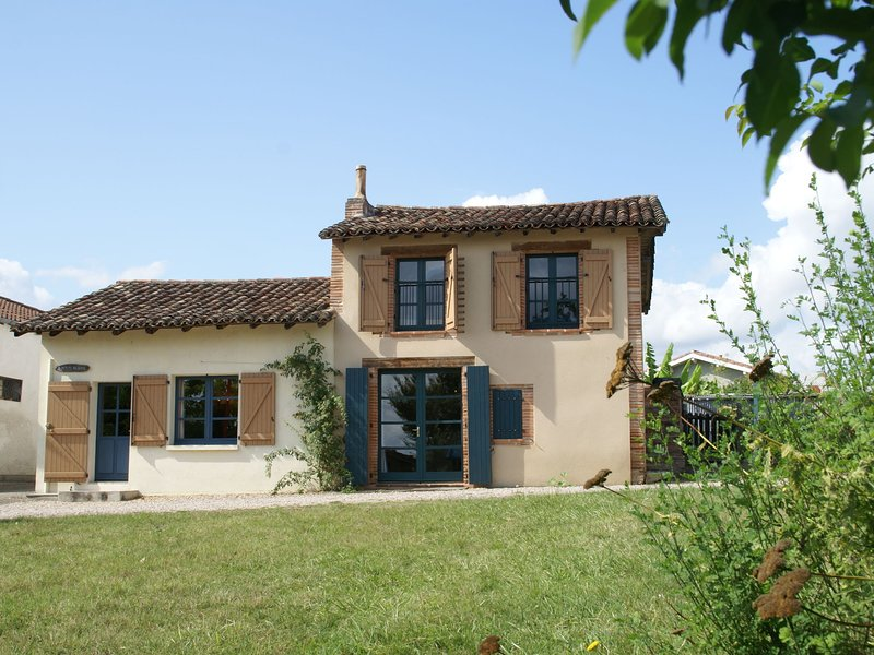 Cozy Holiday Home in Piquecos with Private Swimming Pool, holiday rental in Labastide-du-Temple