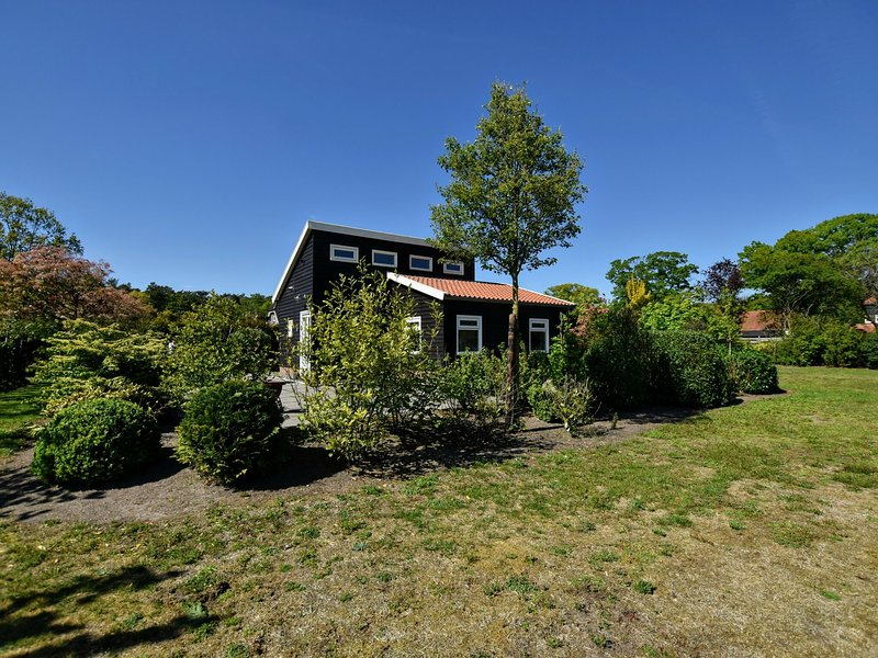 Detached holiday house with WiFi and a large garden; hike and bike the Veluwe, vacation rental in Hengelo