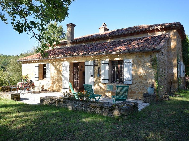 Cozy Holiday Home in Sauveterre-la-Lémance near Forest, vacation rental in Blanquefort-sur-Briolance