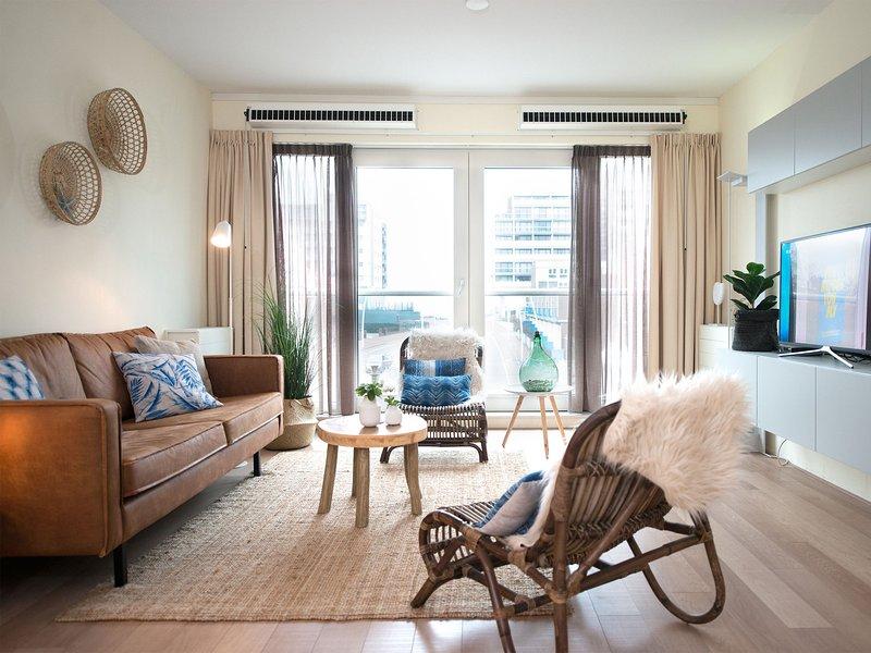 Modern apartment in the centre of Scheveningen within 200 m from the beach, Ferienwohnung in Den Haag