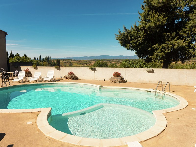 Stone cottage on an active wine-growing estate with a swimming pool., vacation rental in Puicheric