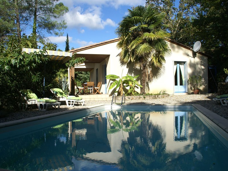 Beautiful house on hilltop with private pool and a river 800 meters away, vacation rental in Les Salelles