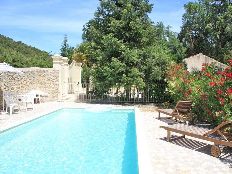 Comfortable Holiday Home with Private Pool in Provence, holiday rental in Crestet