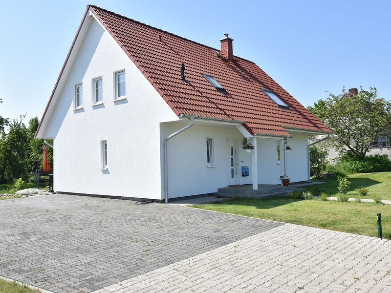 Spacious Holiday Home with Trampoline in Hornstorf, holiday rental in Warin