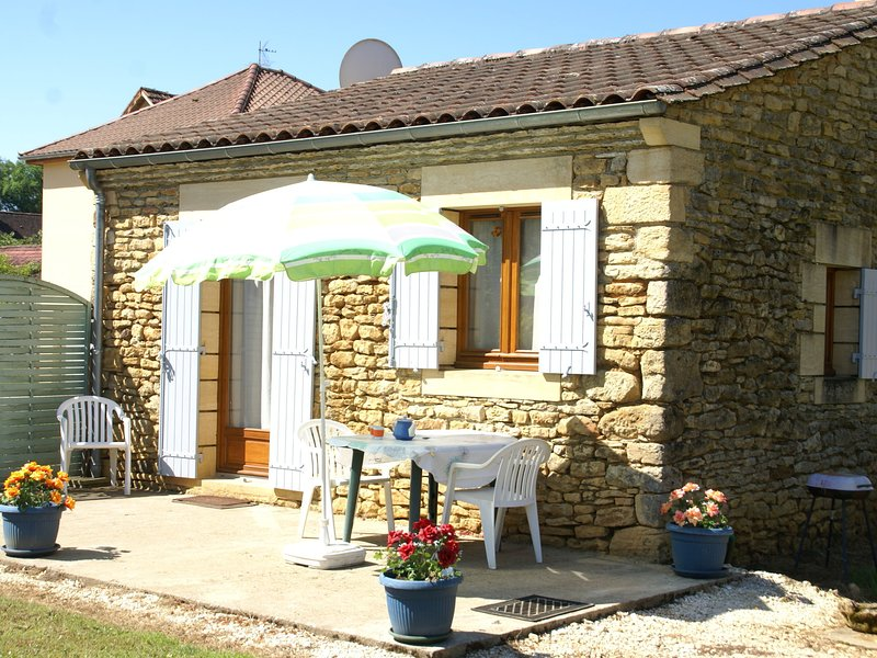 Detached holiday home near Carlux (5 km) with stunning views of the hills, holiday rental in Prats-de-Carlux