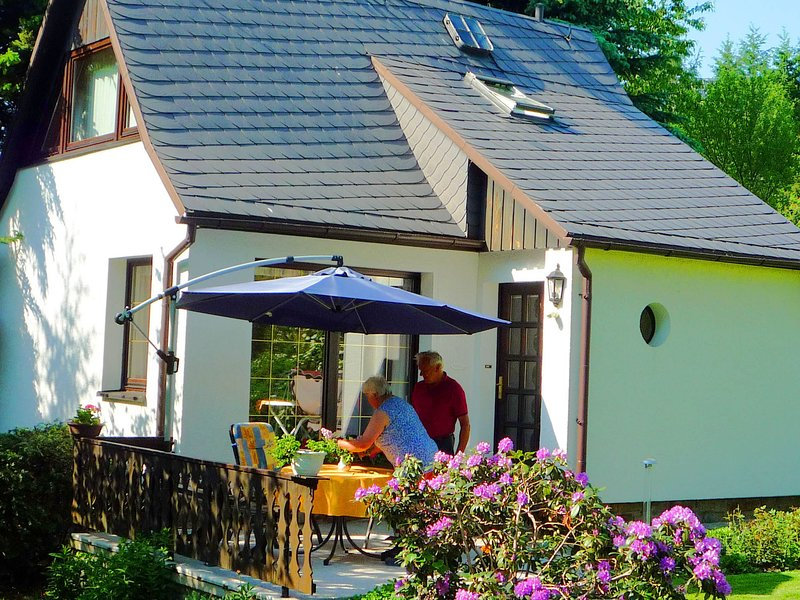 Serene holiday home in Saxony with private terrace, alquiler vacacional en Crottendorf