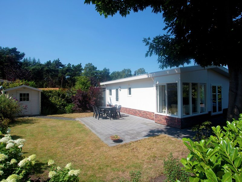 Well-kept chalet with dishwasher, close to Park De Veluwe, casa vacanza a Lunteren