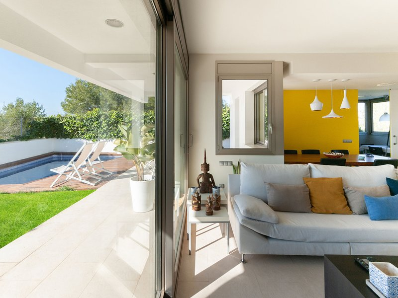 Villa with pool close to Barcelona and nice view over the mountains and the sea, vacation rental in Canyelles