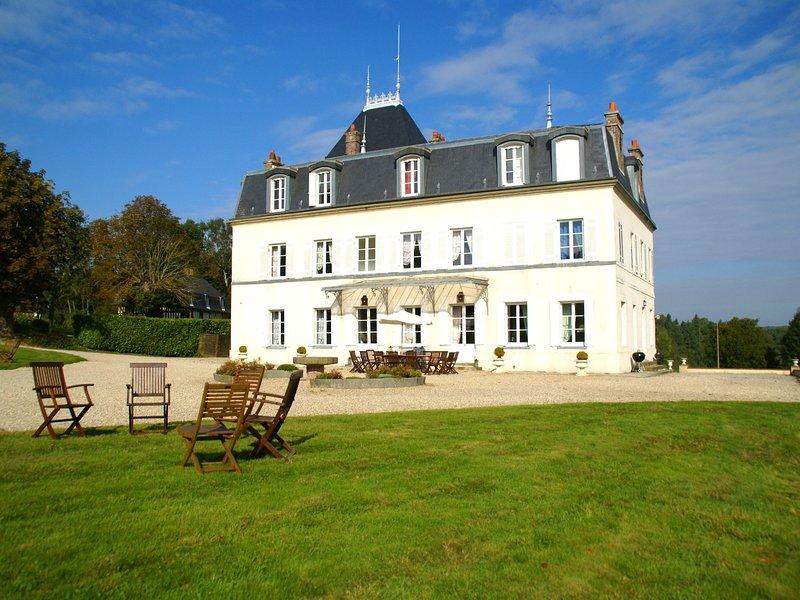 charming castle with typical  Normandic annexes, aluguéis de temporada em Asnieres
