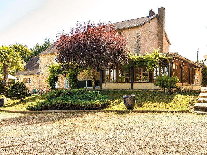 Quaint Mansion in Aquitaine with jacuzzi, location de vacances à Négrondes