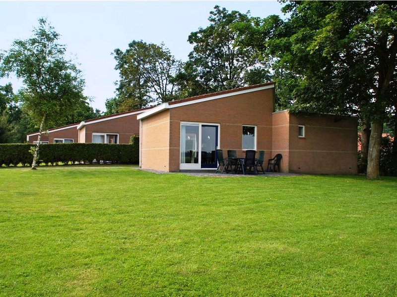 Detached bungalow with a dishwasher at 21 km from Leeuwarden, Ferienwohnung in Twijzel