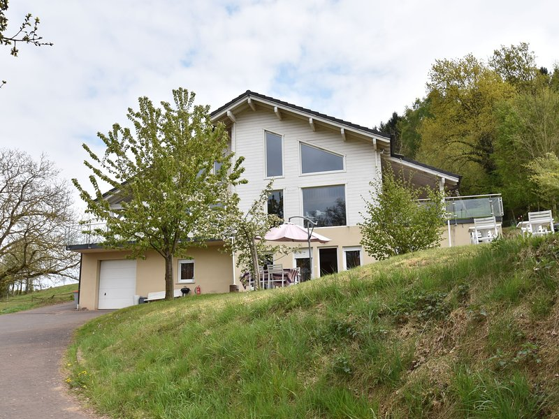 Holiday home with beautiful view on the village, holiday rental in Berig-Vintrange