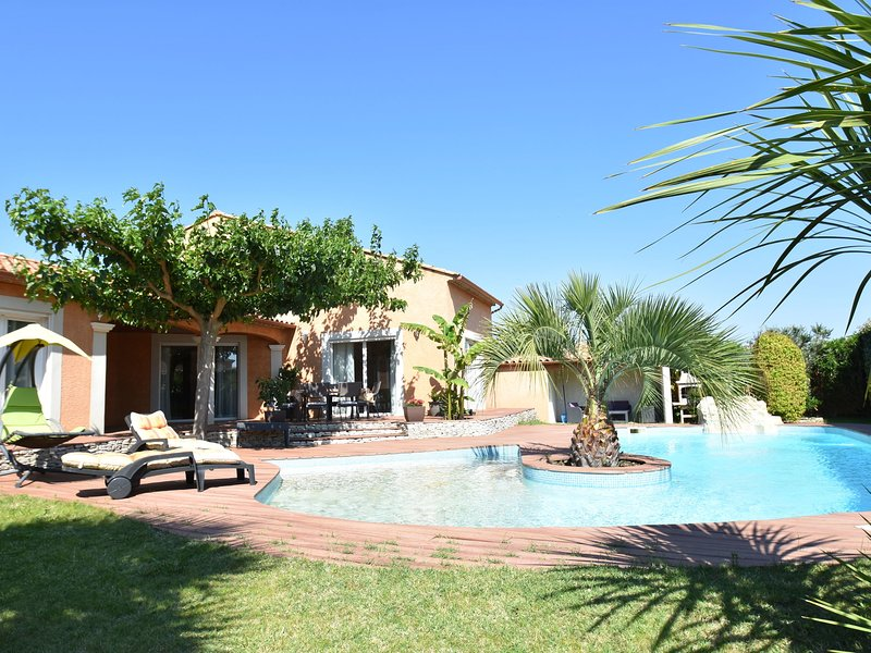 Luxury house with fantastic terrace and very private pool near Nîmes, location de vacances à Saint-Gervasy