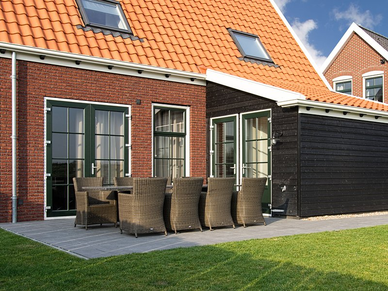 Holiday home in traditional style of Zeeland province, with sauna and Sunshower, holiday rental in Zierikzee