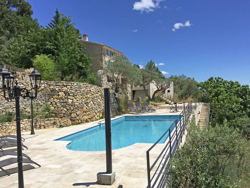 Beautiful Provencal villa with guest house and private pool, panoramic view, aluguéis de temporada em Chateaudouble