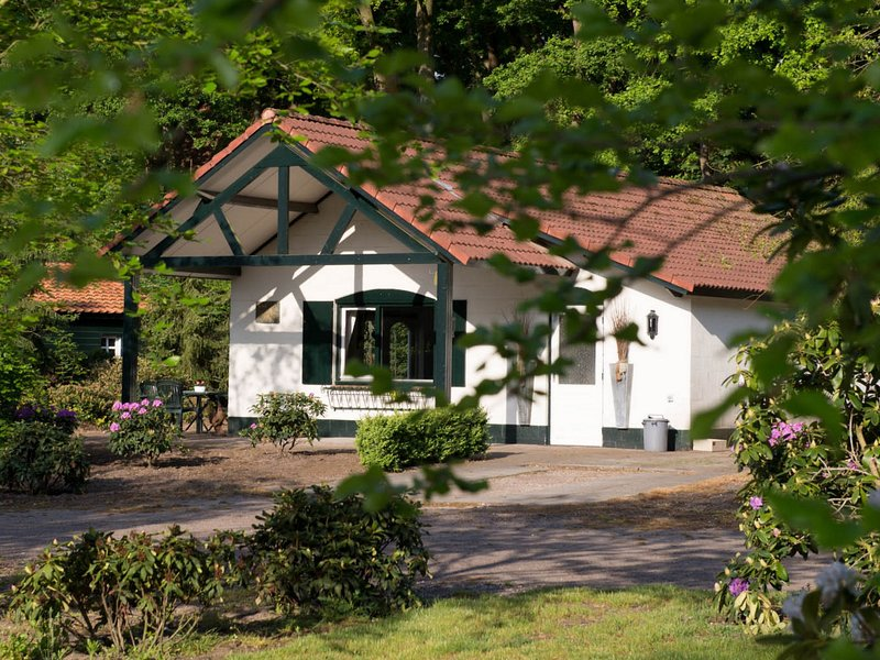 Attractive bungalow with a terrace at the Bedafse Bergen, casa vacanza a Elsendorp