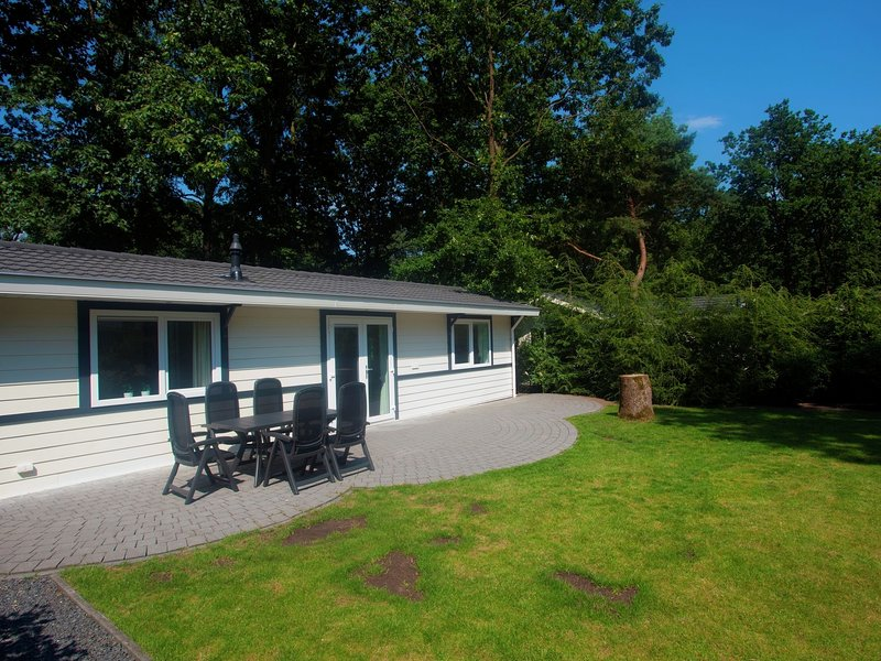 Tidy chalet with garden and WiFi, close to Park De Veluwe, holiday rental in Lunteren