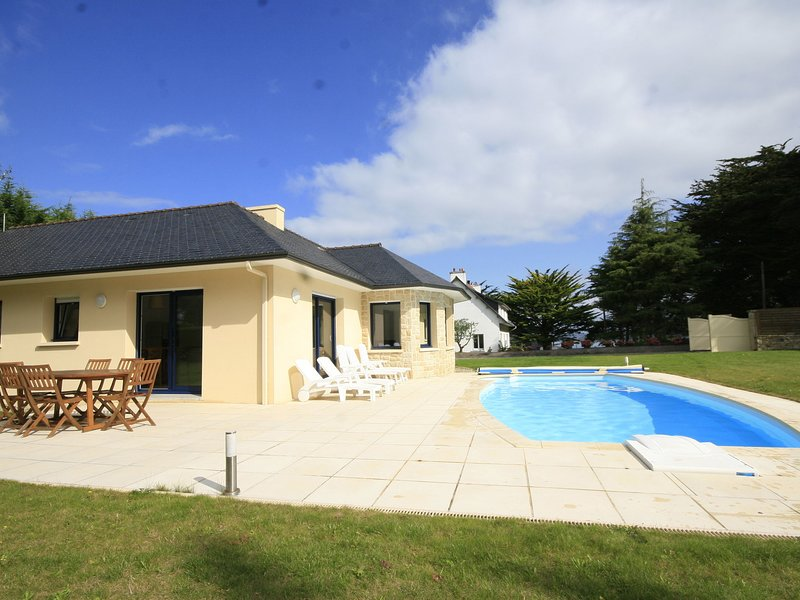 Modern Villa with private pool in Plestin-les-Grèves France, vacation rental in Locquirec