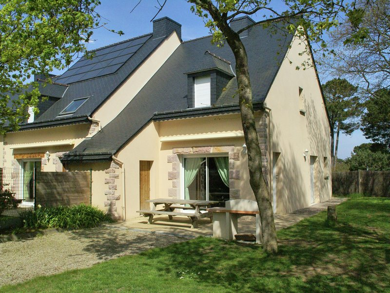 Comfortable semi-detached holiday home 700 m from the beach in Brittany, vacation rental in Erquy
