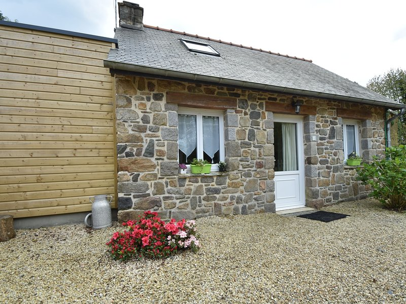 Quaint Holiday Home  in Saint-Gilles-les-Bois with Barbecue, holiday rental in Pommerit-le-Vicomte