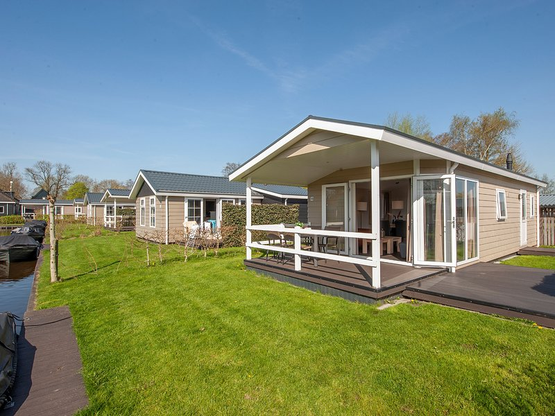 Modern lodge with an electric sloop, 2.5 km. from Giethoorn, casa vacanza a Wanneperveen