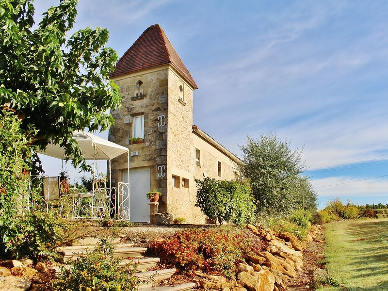 Former pigeon loft with swimming pool, surrounded by vineyards and near Bordeaux, alquiler vacacional en Baigneaux