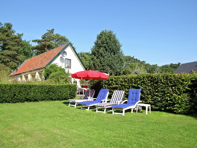 Detached holiday home in the centre of the forest in Schoorl, holiday rental in Schoorl